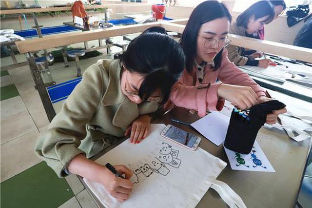 浙江宁波:手绘环保袋文明袋回家
