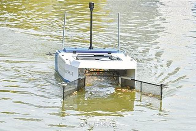 宁波一艘无人清洁船引围观 专吃河道垃圾
