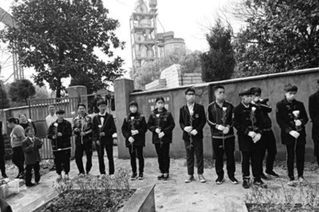 余姚四中学生为无名逝者举行集体树葬 全市首创公益落葬方式