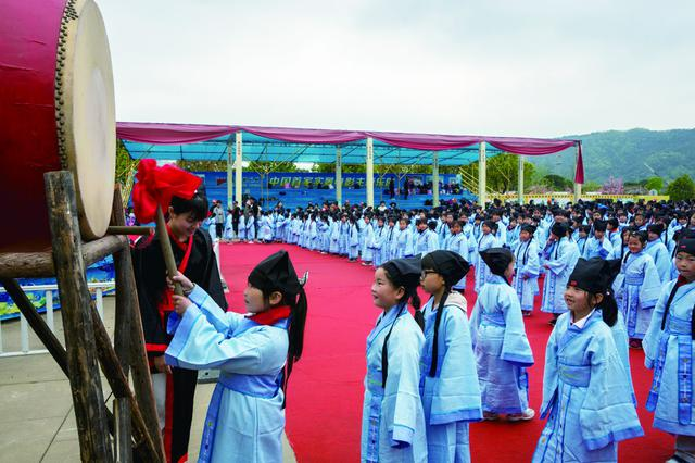 4月10日象山影视城大理皇宫举行穿汉服学国学活动