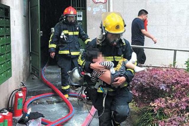 杭州1小区起火楼道电表被熏黑 男童被吓得一直喊救命