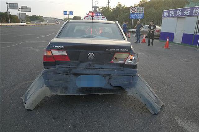 宁波一男子科目一挂科跑高速 追尾前车撞出拖尾机翼