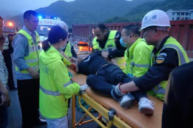 台州高速公路现惊险一幕 车头翘起一人被甩入车底