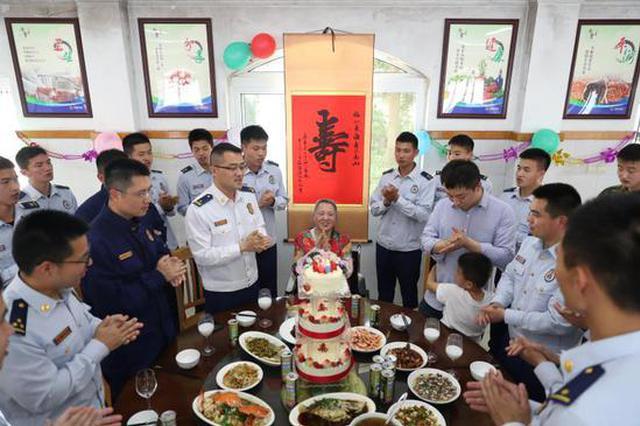 宁波海曙消防大队坚持36年为1老人过母亲节及庆生