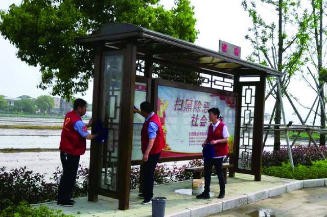 象山公交志愿者清洗候车亭 换来干净整洁的候车环境
