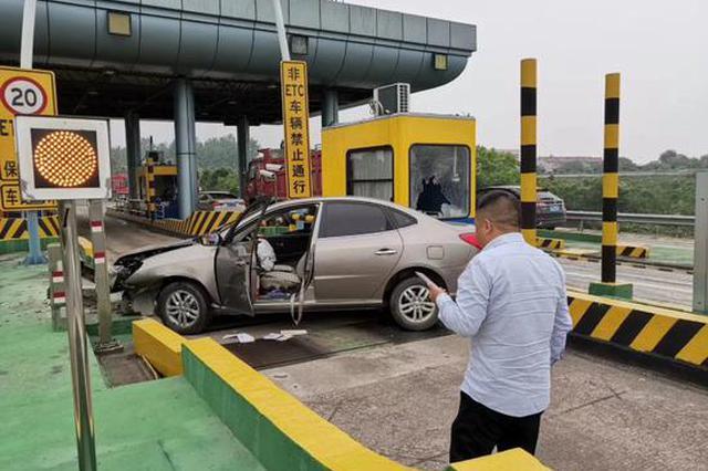 浙江1男子回家心切致疲劳驾驶 车子失控撞上安全岛
