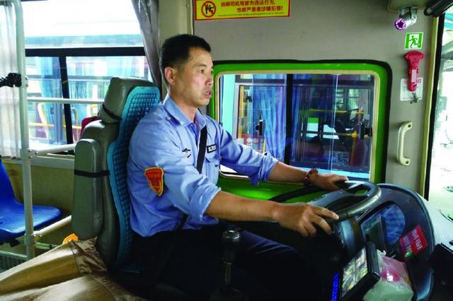 乘客疑似中暑突然昏倒 象山公交司机屠能斌紧急救人