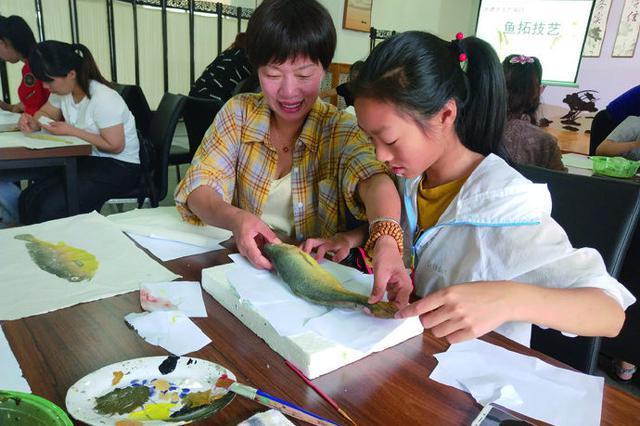 象山卢圣贵带领村民走进文化礼堂 体验鱼拓艺术魅力