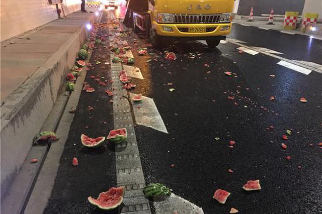 寧波段高速1司機犯困追尾西瓜車 5000斤瓜半數爆碎