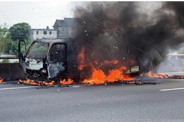 宁波高速一司机上路遇火情 未配灭火器货车烧成壳