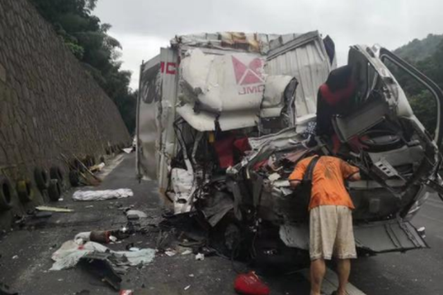 宁波司机高行驶速中爆胎致失控撞车 目睹副座妻子遇难