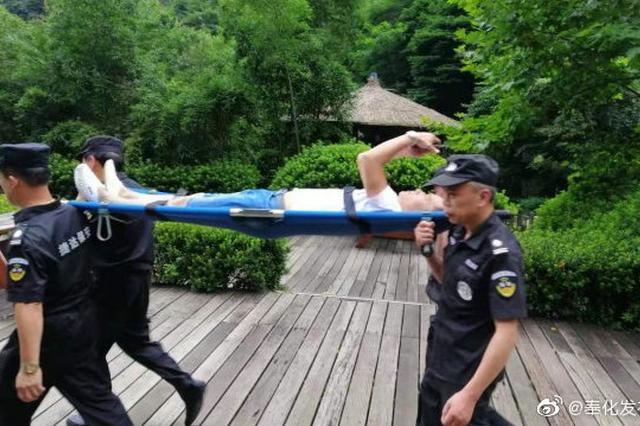 奉化雪窦山景区保安徒步1小时 将受伤游客抬下山