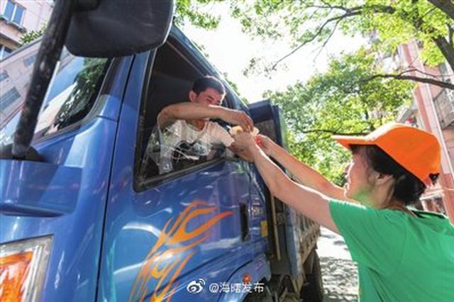 西門街道小區居民自發為施工隊員送上綠豆湯