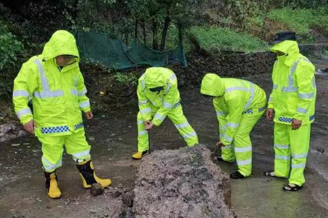 海曙多条公路造成道路塌方 抢险人员冒大雨全力抢通