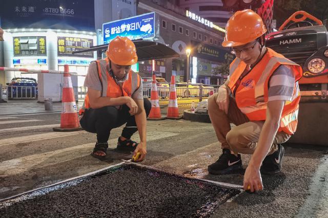 台风过后 宁波城管市政部门迅速出动深夜修填坑洞