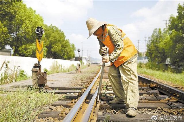 慈溪铁路员工高温下检查线路 滴滴汗水保卫铁路安全