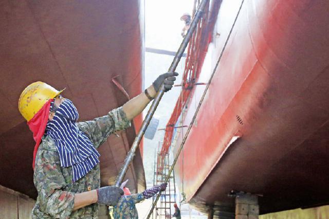 战酷暑迎开渔 象山石浦油漆工紧张有序准备开渔盛典