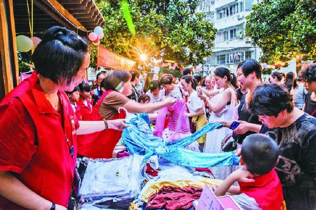 象山金秋小区举行慈善义卖活动 灯火通明人头攒动