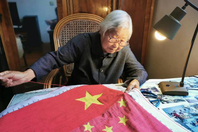奉化88岁党员绣五星红旗献礼新中国70华诞 共37万针