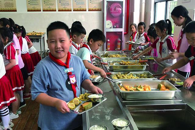 象山西周小学开启自助午餐模式 让孩子在校吃饱吃好