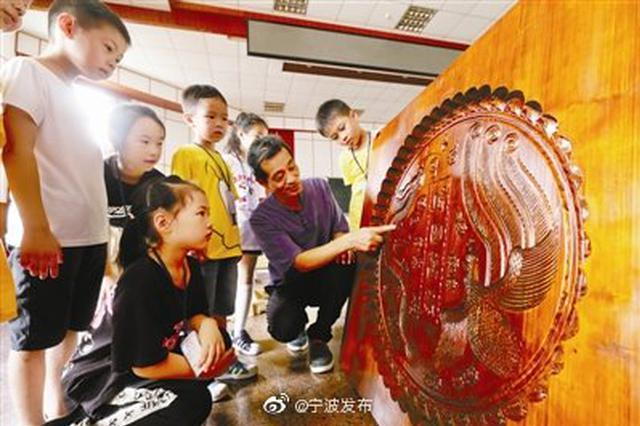庆祝国庆 宁波非遗传人制作99厘米见方超级印糕版