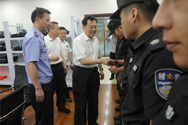 裘东耀到鄞州分局驻市政府警务室走访慰问