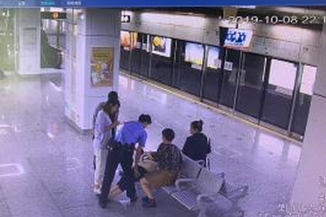 宁波轨道分局辅警下班途径鄞州大道主动帮助晕倒乘客