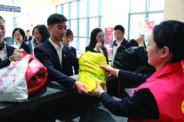 象山县城乡公交公司开展旧衣捐赠活动 用爱温暖冬天