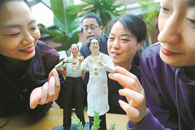 宁波面塑非遗传承人曲海地为共和国勋章获得者塑像
