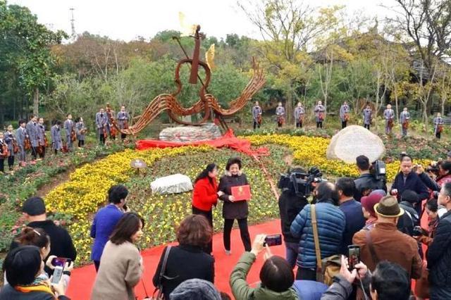 蝶恋琴缘大型纪念雕塑揭幕仪式在梁祝文化园举行