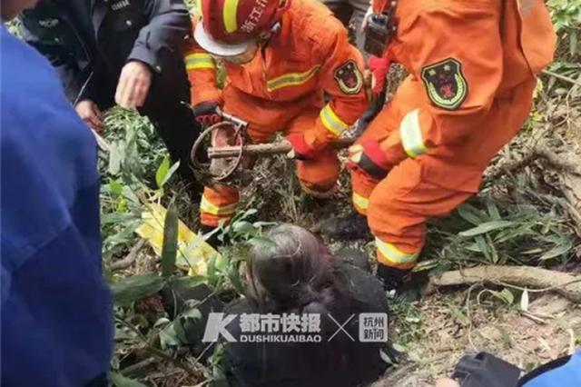 杭州西湖一环卫工大姐被野猪夹夹住脚 消防迅速救援