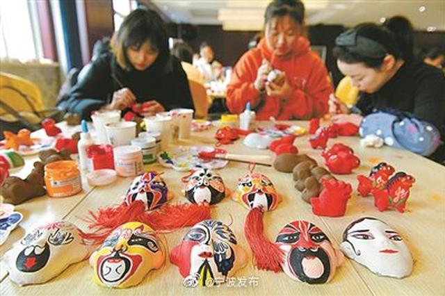 60名中小学教师在浙江纺院学习泥塑彩绘京剧脸谱技艺