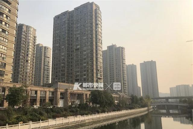 杭州有幢高层公寓 几百个馒头绑着气球飘下来