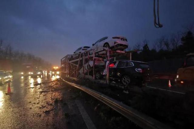 杭甬高速一辆运输车撞上隔离带 宝马保时捷全遭殃