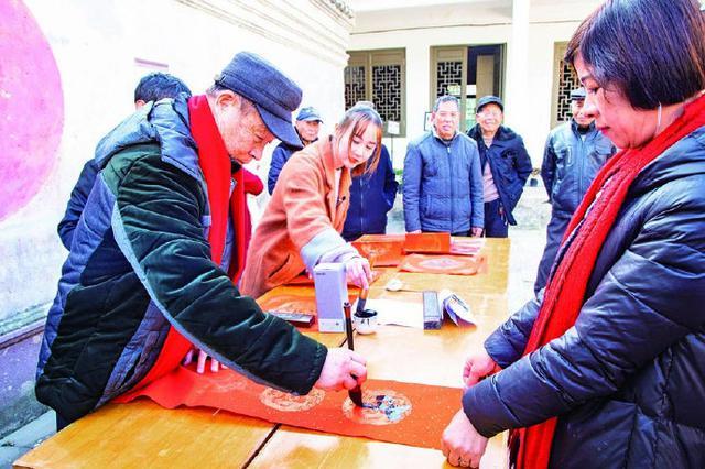 象山举办书法家写春联赠村民活动 手写春联年味浓