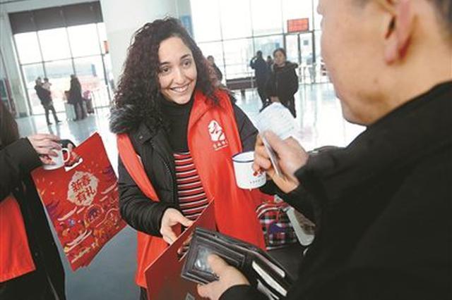 鄞州客运总站迎来外籍志愿者 为春运中的旅客送暖心