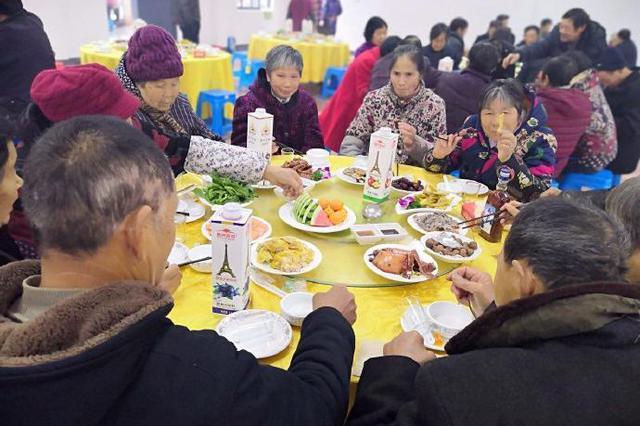 莼湖南岙新老村民吃团圆饭喜迎新年