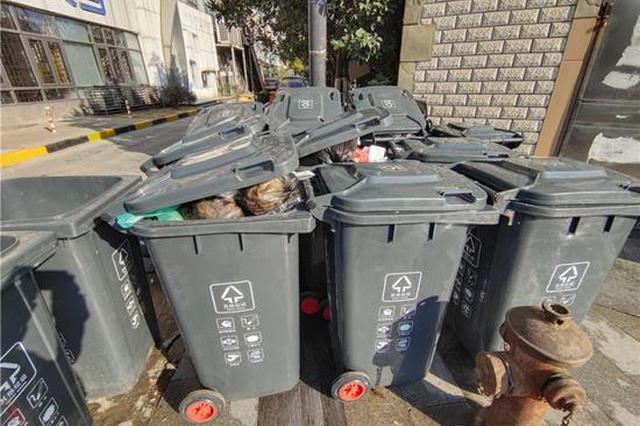 杭州运河边的小区垃圾房 门口堆放了20个垃圾桶