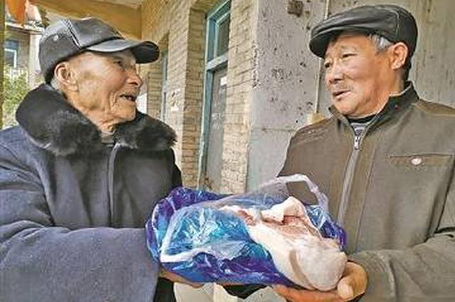 溪口九旬老党员给全村发大米 邻里有真情共迎新春