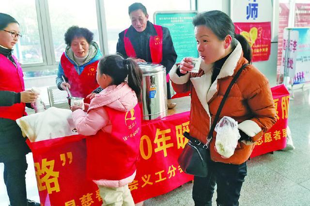 象山志愿者开展温暖回家路活动 为出行旅客提供服务