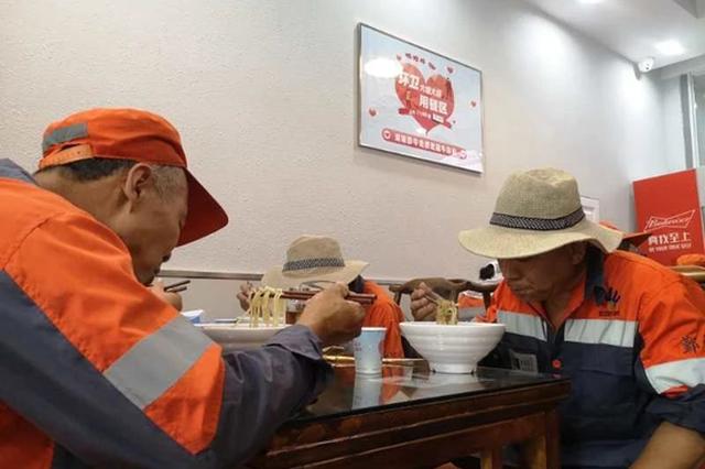 宁波面馆请环卫工人免费吃饭 并设立专门的爱心茶亭