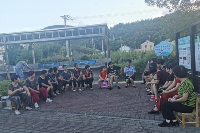 宁波北仑白峰派出所赴社区开课 为提高群众法律意识