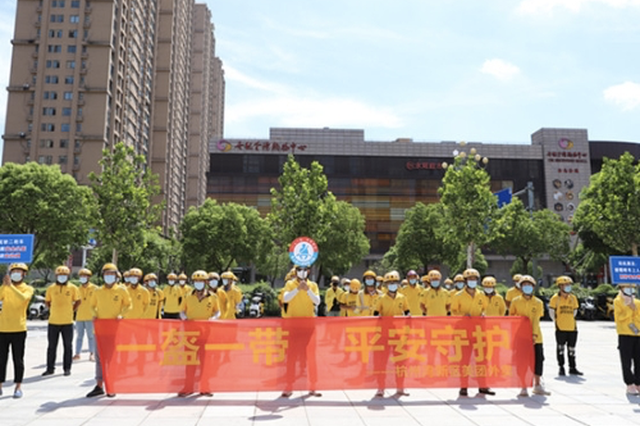 宁波杭州湾新区办交通安全活动 交警给外卖骑手上课