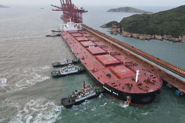 宁波舟山港卸下6万吨铁矿石 现累计接卸量突破1亿吨