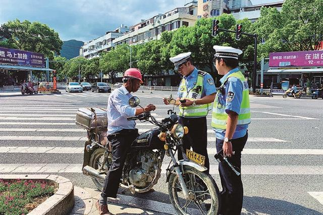 象山交警头顶烈阳坚守岗位 为市民出行安全保驾护航
