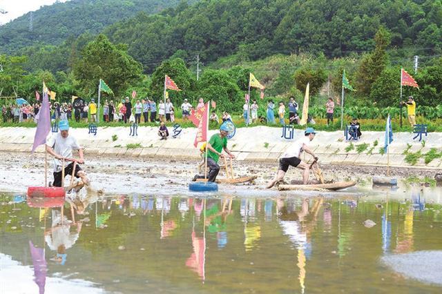 象山开展赶海趣味运动会 参赛选手展开泥泞中的角逐