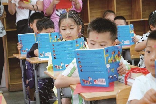 象山四小迎来312名一年级新生 党员教师为他们点朱砂