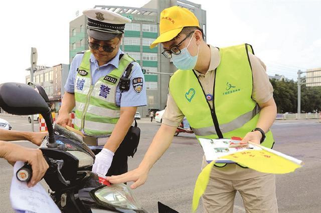 象山交通路口出现志愿者 对不文明出行行为进行劝导