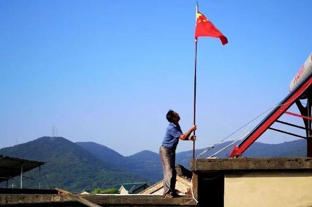 北仑胡汉中老人与其孙女一起升国旗 庆祝祖国71周岁