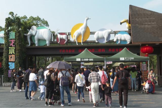 """""""十一""""长假首日 东钱湖接待游客超15万人次"""